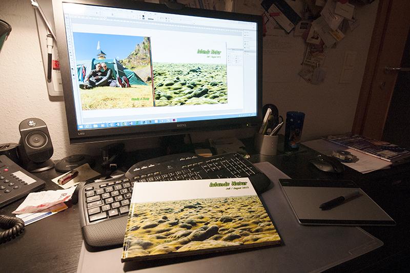 Das fertige Fotobuch und die Vorlage am Bildschirm