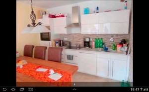 Eine offene Küche mit allen Dingen, die man braucht. Was will man mehr? (Foto: Screenshot ImmobilienScout24-App)