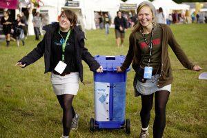Helfer sammeln auf Festivals gespendete Pfandbecher (Foto: Arne Stanelle)