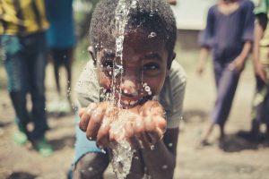 """""""Viva con Agua"""" baut vor Ort Anlagen zur Trinkwasserversorgung auf (Foto: Patrick Temme, Vera Dammberg / Neven Subotic Stiftung)"""
